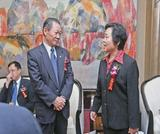 中国石油和化学工业协会名誉会长谭竹洲先生(左)与华谊集团副总裁沈丽萍女士(右)交流